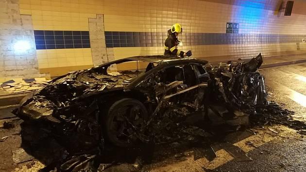 Požár vozidla v Bubenečském tunelu.