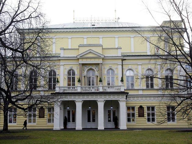 ŽOFÍNSKÝ PALÁC na Slovanském ostrově je od roku 1837 jedním z nejvýznamnějších center kulturního a společenského života. Nechal ho postavit mlynář Václav Novotný.