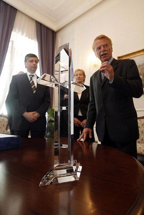 Vpravo na snímku je Lukáš Jabůrek DiS. ze Studia Moser, který kříži vdechl podobu.