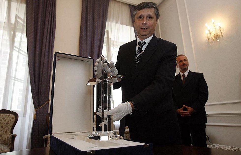Premiér Fischer převzal dar pro papeže Benedikta XVI. Jde o křišťálový kříž ze Studia Moser ozdobený dvěmi kovovými lištami posázenými 636 českými granáty z vývojového střediska Granát Turnov.