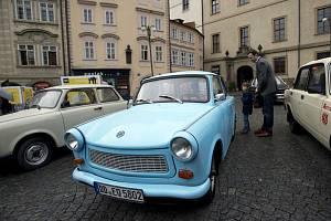 Historická východoněmecká vozidla na Malostranském náměstí v Praze 28. září 2019.
