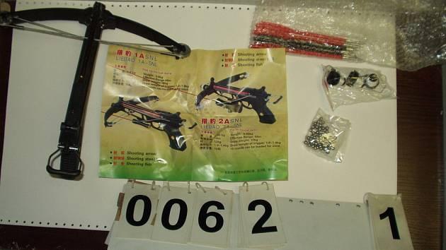 Pražští celníci zadrželi rozsáhlou zásilku zbraní z Číny.