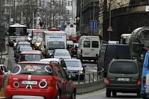 Takto vypadá denní provoz v Resslově ulici v Praze. Otevřít okno při puštěné televizi je v přilehlých bytech téměř nemožné.