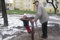 SÍDLIŠTĚ PETŘINY. Nejen starší lidé zde mohou posilovat své tělo. Sportovní náčiní si mezi prvními vyzkoušel Robert Holík se svou vnučkou.