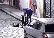 Strážníci pomáhali mladíkovi vylézt z kanálu.