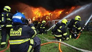 Zásah hasičů při požáru haly v Uhříněvsi.