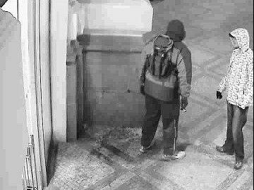 Pražští kriminalisté pátrají po dvojici mužů, která spolu komunikovala pod dohledem městského kamerového systému. Podezřelý pak odešel k vozidlu taxi, kterým se nechal odvézt na Jarov, kde přepadl taxikáře.