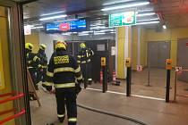 V pražském metru hořelo. Stanice linky C Kobylisy byla uzavřena.