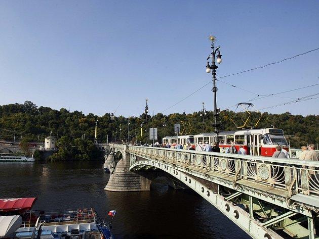 Tramvaj na Čechově mostě. Ilustrační foto.