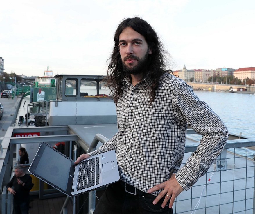 Čekání na výsledky voleb ve štábu Pirátské strany na lodi Cargo  Gallery. Na snímku Mikuláš Ferjenčík.