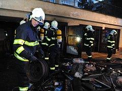 Požár dvougaráže v ulici Pod Vrstevnicí v pražské Krči.
