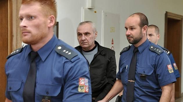 Z vraždy spáchané už před devíti lety se zpovídal před trestním senátem Krajského soudu v Praze 52letý Gruzínec Avtanadil Haas. Podle státního zástupce Tomáše Milce 4. února 2006 krátce po půlnoci zastřelil v Dolních Břežanech o 16 let mladšího Ukrajince.