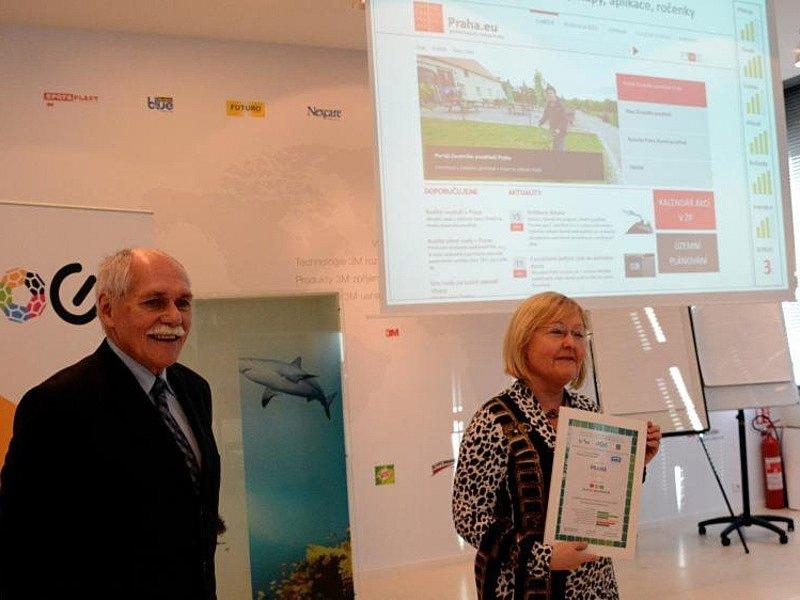 Web www.praha.eu je třetí nejlepší v informacích o životním prostředí. Ocenění předala radní Jana Plamínková.