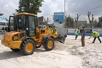 PLÁŽ NA ŠTVANICI. Bezprostředně po ukončení tenisového Prague Open pokrylo centrální kurt půldruhého tisíce tun písku.