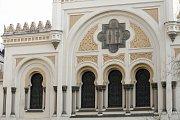 Protože v 19. století již nedostačovala svou kapacitou, byla roku 1867 Stará škola stržena a již o rok později nahrazena Španělskou synagogou, která za své jméno vděčí zřejmě stylu, inspirovanému španělskou islámskou architekturou.