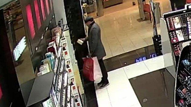 Muž podezřelý z krádeže parfémů na Pankráci