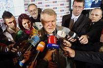 Kandidát na senátora Jaromír Štětina hovoří s novináři ve volebním štábu TOP 09 v Praze