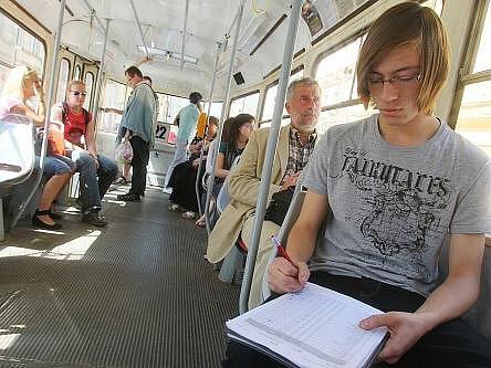 V linkách pražských tramvají v úterý 10. května začal třídenní přepravní průzkum. Pražský dopravní podnik chce spolu s organizací Ropid, která v hlavním městě a okolí plánuje veřejnou dopravu, zjistit, kolik lidí kterými linkami jezdí.