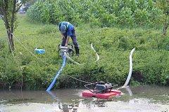 Odčerpávání kejdy z rybníka. Ilustrační foto.