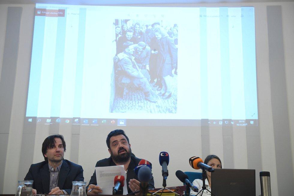 Zastupitelstvo pražských Řeporyjí projednávalo 10. prosince 2019 stavbu pomníku vlasovcům. Uprostřed je starosta Pavel Novotný