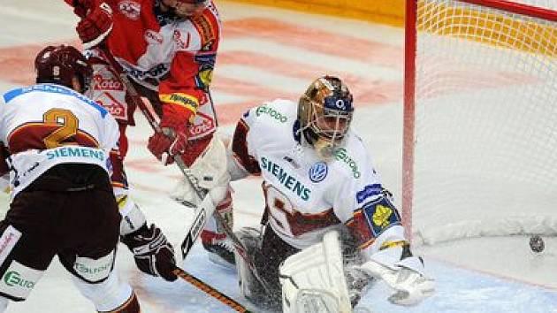 KLÍČOVÝ MOMENT. Jiří Doležal usměrňuje puk za záda Tomáše Pöpperleho a zvyšuje na 2:1 pro Slavii.