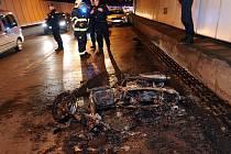 Požár motocyklu ve Strahovském tunelu.