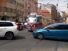 Významné potíže působí křižovatka Žitné a Spálené, kde auta často blokují křižovatku.