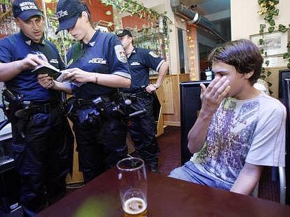 Městská policie ze třetího pražského obvodu kontrolovala ve čtvrtek v hernách a barech nalévání alkoholu mladistvým. V Music herna baru v Cimburkově ulici na Žižkově narazila hlídka na dvojici mladíků ve věku 15 a 16 let, kteří zde popíjeli pivo.