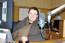 ZA MIKROFONEM.  Ředitel Regionu Jan Menger představil i nově pořady jako populárně-naučný kvíz Česko-země neznámá a Humoriáda, což je hodina plná humoru na přání posluchačů.