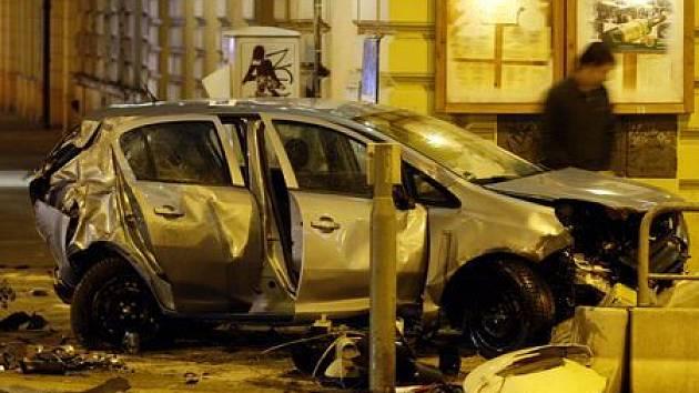 Dopravní nehoda na křižovatce ulic Rumunská a Legerova se stala krátce před silvestrovskou půlnocí.