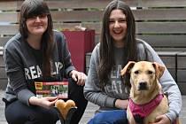 Cenu Statečné psí srdce v kategorii Záchranný čin neslužebních psů-laiků získala v Praze fenka Róza (na snímku se svoji majitelkou Veronikou Tomáškovou a její sestrou Anetou vpravo).
