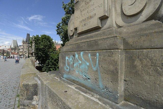 Neznámý vandal posprejoval Karlův most