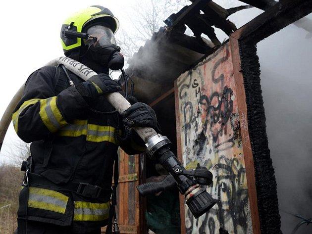 Na pět tisíc korun odhadli pražští hasiči výši škody, kterou v neděli odpoledne způsobil požár ve sportovním areálu v Praze 4.