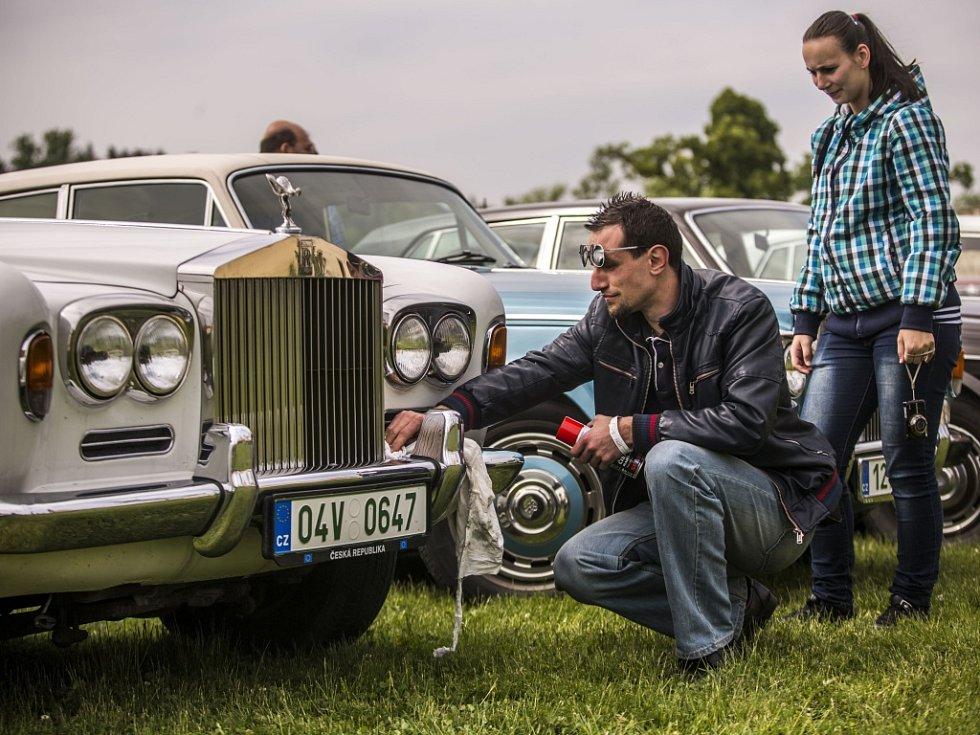 Desítky milovníků aut značek Rolls-Royce a Bentley se sešli 23. května v pražské Dubči na druhém setkání příznivců těchto luxusních aut v Česku. K vidění byly i další značky sportovních aut.