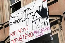 NIC NENÍ ZAPOMENUTO, NIC NENÍ ODPUŠTĚNO. Squateři chtějí po státu adekvátní náhradu. Ale co to vlastně je? (Transparent na domu v Truhlářské ulici, kde našli dočasný azyl.)