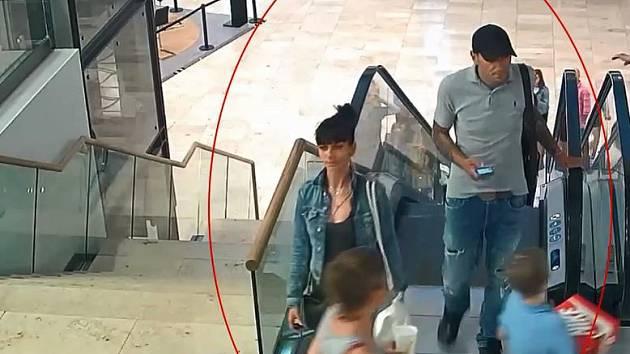 Policie hledá podezřelé z krádeže pokladničky.