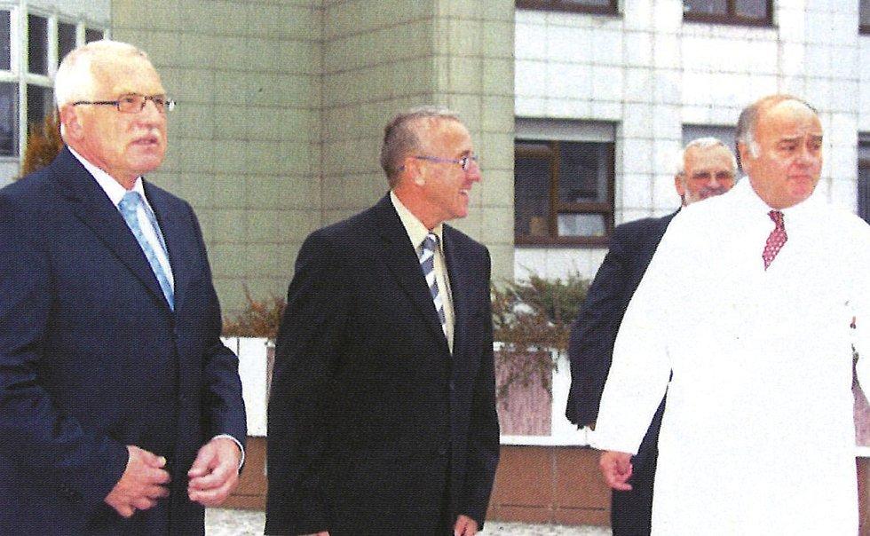 Václav Klaus, biochemik Rudolf Poledne a Jan Malý v IKEM.