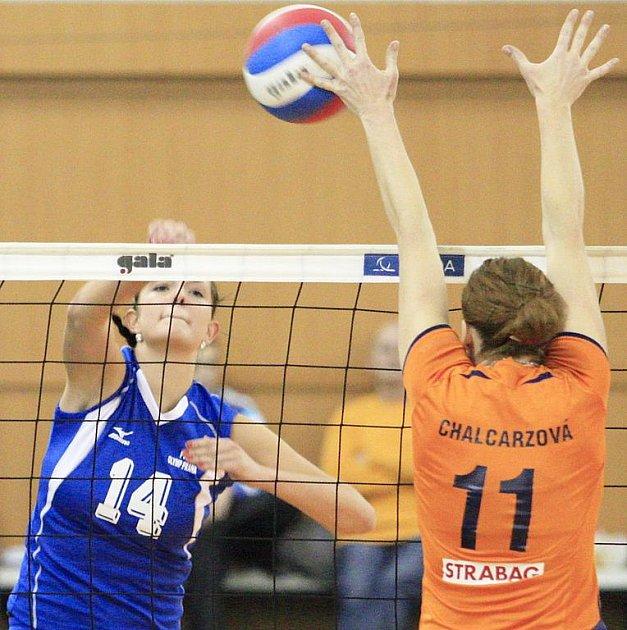 Zuzana Mudrová z pražského Olympu smečuje v utkání s Olomoucí