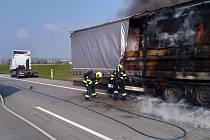 Požár kamionu se dřevem na Pražském okruhu.