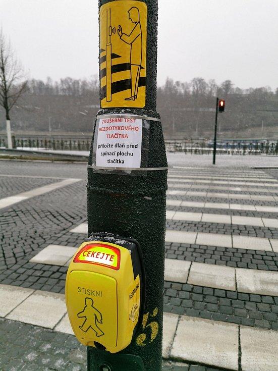 Bezkontaktní tlačítko pro chodce.
