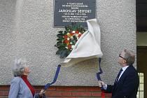 Na domě v ulici U Ladronky č.p. 23 slavnostně byla odhalena pamětní deska básníka a nositele Nobelovy ceny za literaturu Jaroslava Seiferta. Pamětní desku slavnostně odhalila spisovatelova dcera Jana Seifertová a starosta Prahy 6 Tomáš Chalupa