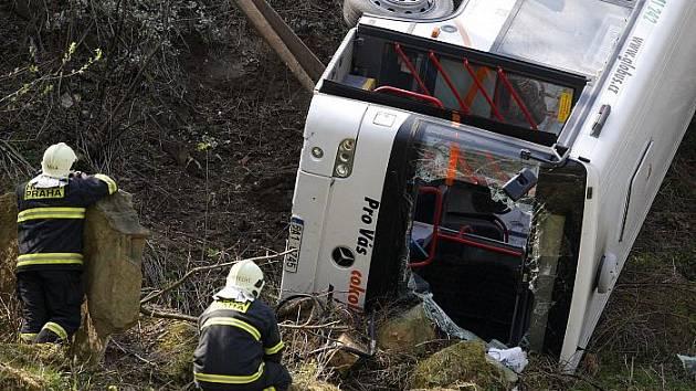 Autobus převážející zákazníky do nákupního centra Globus na pražském Zličíně spadl 18. dubna ze srázu.