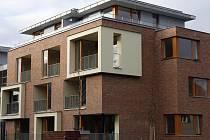 """Bytový komplex v ulici Na Dračkách opakuje v jistém smyslu styl některý domů na """"staré"""" Ořechovce – fasády jsou z neomítnutých cihel s lesklým povrchem."""