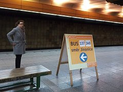 Stanice metra Jinonice je uzavřena. Cestující využívají autobusovou dopravu