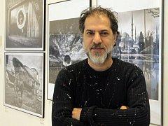 Výstava Mustafy Dedeoglu(na snímku) Nadčasové město Istanbul v Českém centru.