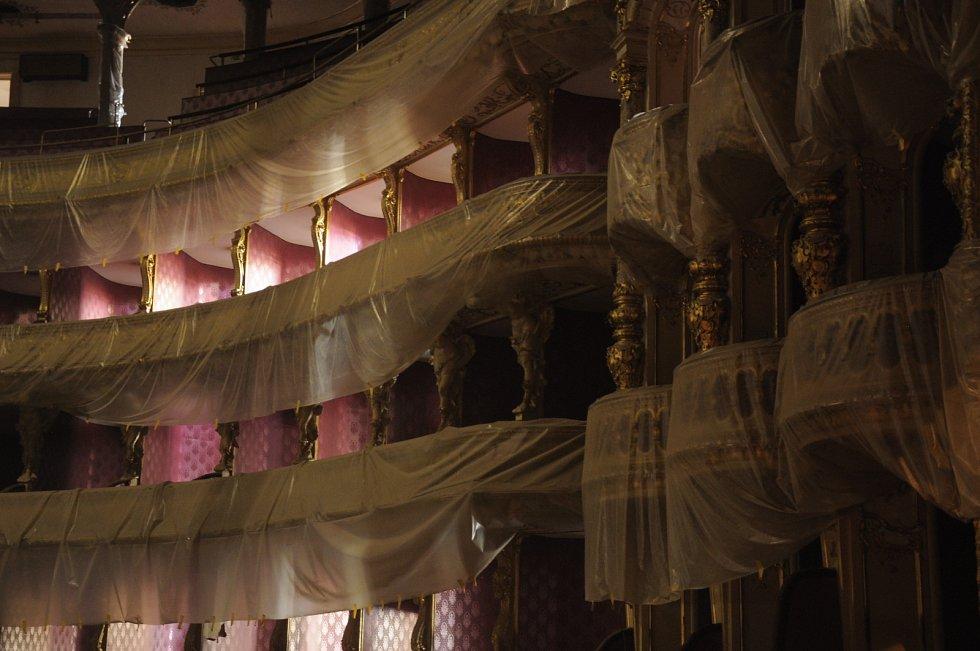 Balkony a lože pokryly igelity.