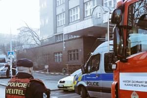 Policie a hasiči spolu s pyrotechniky a speciálně vycvičenými psy prohledávají budovu VŠE v Praze kvůli anonymní výhrůžce bombou.