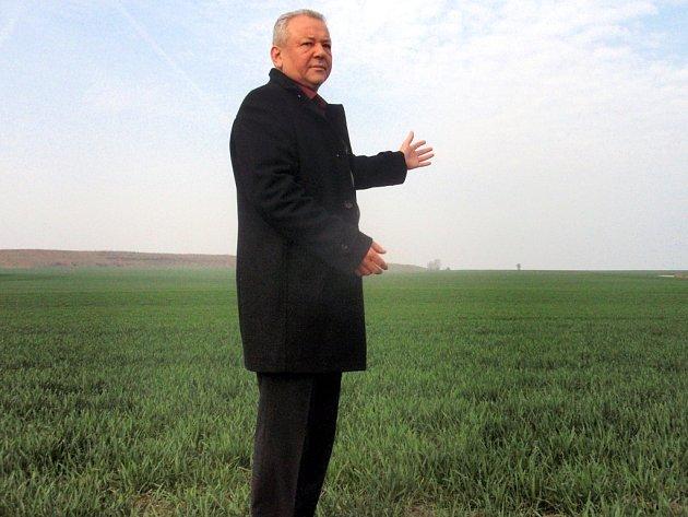 Zatím se tu prohání jen vítr, říká Jiří Haramul, starosta Prahy-Březiněvsi. Na zatím volných pozemcích bude stát škola, hřiště a další plánované projekty. Tedy za předpokladu, že v boji o lukrativní pozemky s Řádem maltézských rytířů obec vyhraje.