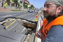V Praze Dejvicích se v neděli 8. července 2012 před polednem v křižovatce ulic Evropská a Horoměřická propadla silnice. Čtyřmetrový propad je pět metrů hluboký. Nikdo nebyl zraněn. Policie komunikaci uzavřela a odklonila dopravu.