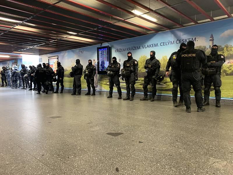 Policie hlídkuje na hlavním nádraží v Praze kvůli protivládní demonstraci.